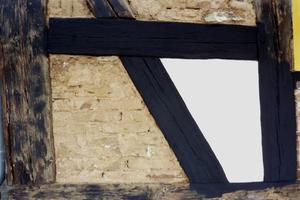 Musterfläche mit Silikatfarbe auf dem Gefach und Holz