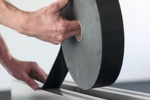 Rechts: Um Schallübertragungen zu vermeiden, werden die Luftschlitze zwischen Wandschale und Unterkonstruktion an den Plattenrändern mit einem durchgehenden Dichtungsband abgedichtet<br />