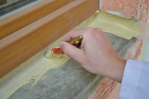 Nach dem Abtrocknen der Dichtmasse wird eine zweite Ebene aufgetragen, wobei der Handwerker das Bewehrungsband vollflächig überstreichen muss. Nach dem Trocknen kann die Fensterbank verlegt werden<br />Fotos: Isocell<br /><br /><br /><br />