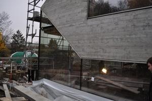 Die verglasten Fassadenflächen zwischen den Dämmbetonaußenwänden<br />