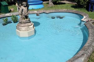 Nach der Sanierung mit Triflex Flüssigkunststoff entspricht der Brunnen wieder dem Ambiente der italienischen Villa
