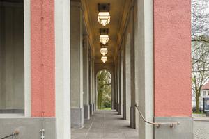 Die neoklassizistische Fassade weist zahlreiche Schmuckelemente auf, die das Erscheinungsbild akzentuieren – hier die Arkaden
