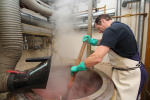 Handarbeit gefragt: Aus pflanzlichen Ausgangsstoffen werden die Pigmente gewonnen