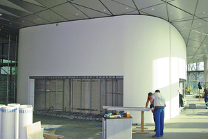 Die Wände der Großvitrinen sind aus zwei Vorsatzschalen im Abstand von 60 cm aufgebaut