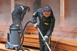 Damit das gereinigte Holz schneller trocknen konnte, wurde die Restfeuchte mit einem Nass-/Trockensauger aufgenommen