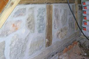 Die mürben Fugen des Sandsteinmauerwerks kratzten die Handwerker aus und verfugten sie neu<br />