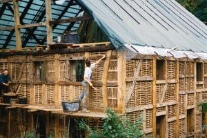Daneben: Bei der Sanierung dieses Fachwerkhauses bedienten sich die Handwerker für die Gefachfüllung der traditionellen Technik des Auszäunens mit anschließendem Lehmbewurf<br />