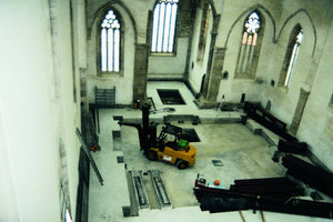 Die Vorfertigung und Endmontage der Stahlgerüste im Kirchenschiff war eine logistisch anspruchsvolle Aufgabe. Die Deckenfelder wurden anschließend ausbetoniert