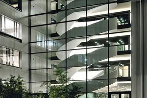 Die knapp 19 m hohe Freitreppe im Foyer des neuen s.Oliver Headquarters in Rottendorf verbindet vier Geschosse miteinander<br />