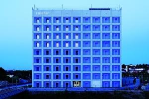 Die Stuttgarter Stadtbibliothek ist ein großer Würfel, der tagsüber als Glaskubus und nachts blau erleuchtet erstrahlt<br /><br />