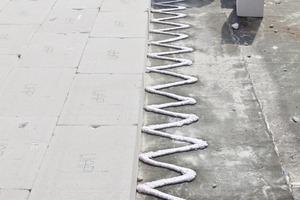 Rechts: Verkleben der Flachdachdämmung aus Mineraldämmplatten auf den Rohdecken<br />Fotos: Ansgar Maria van Treeck<br />