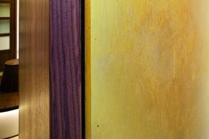 ###nur bei Bedarf#### Sorgfältige Materialwahl: Sichtbeton mit Goldlasur und Naturstein aus einem Würzburger Steinbruch mit farbigen Einschlüssen<br />