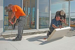 Rechts: Die puren Flachdachdämmungen kamen auf allen Flachdächern des Gebäudes zum Einsatz