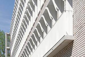 Ziegelfassade mit Fensterreihung