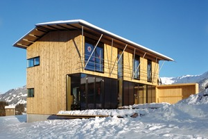 """Das moderne """"Allgäu-Haus"""" verbindet zeitgemäße Architektur mit regionaltypischen Elementen, wie beispielsweise der über Eck verglasten Stube oder dem flachen Satteldach<br />"""