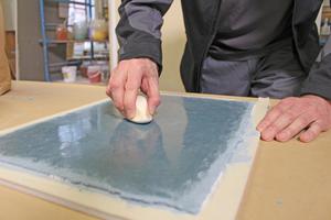 Durch das Verdichten entsteht eine spiegelglatte, leicht wellige und wolkige Oberfläche, die mit Olivenölseife hydrophobiert wird