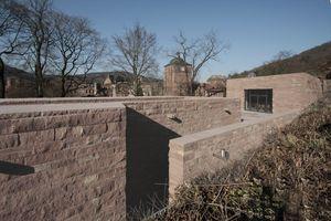 Blick von Süden auf die Dachlandschaft und den Zugang zur Terrasse von der Gasse aus<br />