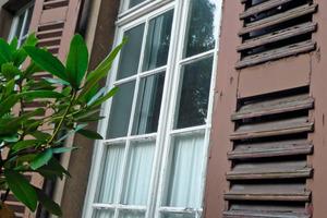 Links: Läden und Fenster waren vom Zahn der Zeit deutlich angenagt<br />Fotos (2): Hartmann Objekt<br /> <br />