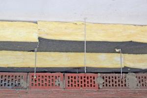 Rechts: Um offene Plattenstöße zu vermeiden, wird mit einem zweilagig verlegten Mineralwoll-Dämmstoff gearbeitet