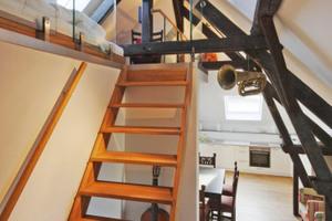 Im Dachgeschoss befindet sich die größte Wohnung. Sie weist ein Mezzaningeschoss im Spitzboden auf und wurde mit Musikinstrumenten dekoriert<br />Fotos: Robert Mehl