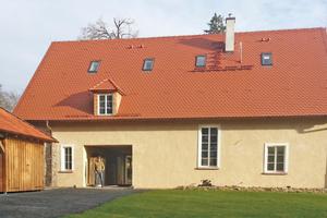 Das neue Gehöfthaus fügt sich harmonisch in das Ensemble aus Bestandsgebäuden auf Burg Brandenstein ein
