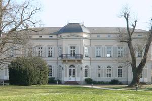 Zum 1838 fertiggestellten Rheingauensemble gehört auch eine Villa, in der sich heute ebenfalls Räume der SGL Group befinden