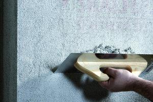 Bilder untere Reihe von links nach rechts: In den 2mm dicken Grundputz wird mit einer speziellen Fugenkelle das Ziegelsteinmuster eingekratzt. Darauf wird mit der Traufel eine 1,5 bis 2mm dicke Schicht Oberputz aufgetragen, die abschließend mit dem Schwamm abgerieben werden kann
