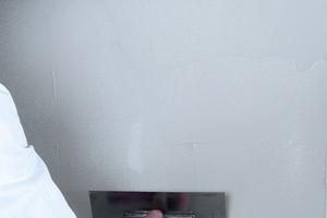 Um mehrmaliges Spachteln zu vermeiden, bringt die Einlage von Glattvliesen in die Spachtelmasse erhebliche Vorteile bei Arbeitszeit und Qualität<br /><br />