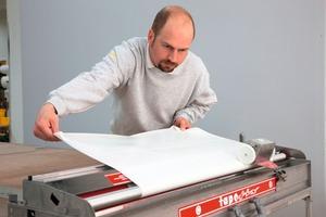 Das Zellulosevlies StoTap Pro 500 lässt sich mit üblichen Tapeziermaschinen einkleistern<br /><br />