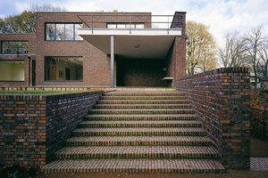 Die breite Treppe zum Garten hin von Haus Lange