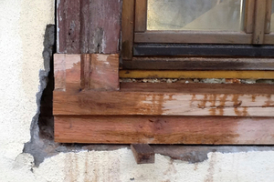 Reparatur der Fensterbank. Ersatz des abgefaulten Holzsegments