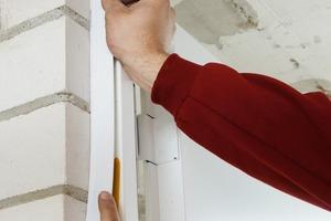<br />Nach dem Abschneiden des ausgequollenen Brandschutzschaums sorgen optional erhältliche, speziell auf die Zargen abgestimmte, selbstklebende Abdeckleisten für einen sauberen Wandabschluss<br />