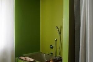 Die für die 1970er Jahre typisch grasgrüne Wanne wurde in das moderne Baddesign integriert<br />