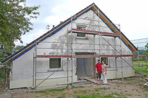 """Rechts: Zufriedene Baufamilie auf der Westseite zum Garten während der Sanierung: """"Es macht Spaß mitzuerleben, wie alles schöner wird"""""""