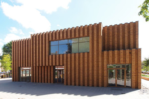 In der Stirnseite der Montessori- Schule stechen breite Lisenen aus dem Mauerwerk hervor<br /> Foto: Hagemeister<br />