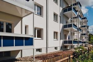 Komplettiert wurde die energetische Sanierung durch die Dämmung von Kellerdecken, Dachböden und den Anbau von Balkonen auf der Gartenseite der Häuserzeilen<br />