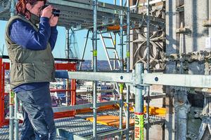 Rechts: Das Modulgerüst bietet einen sicheren Zugang für die Steinmetzarbeiten und die Bestandsaufnahme in großer Höhe