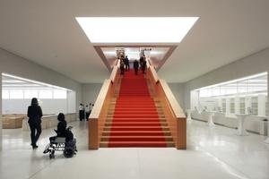 In den Lesesaal gelangt man über eine breite, großzügige Treppe hinauf