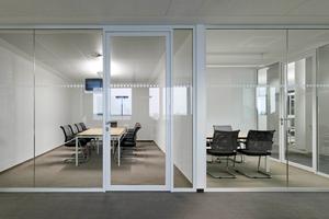 Im Inneren der neuen Deutschland Zentrale von Coca-Cola unterstützen Ganzglaswände die offene Kommunikationskultur<br />Fotos: Strähle/Werner Huthmacher