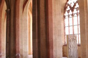 Blick vom Mittelschiff ins Seitenschiff der Basilika<br />