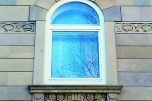 Gut imitiertes Sandsteinmauerwerk, denkmalgerecht ausgeführt – das neue Fenster dagegen nicht<br />Foto: Keim<br /><br />