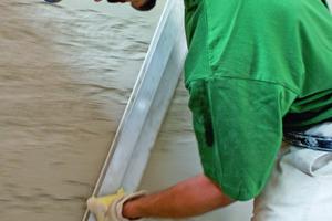 Hier wird der frisch aufgebrachte Sanierputz großflächig mit dem Richtscheit abgezogen<br />Foto: Sakret