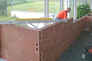 """Gerade in überwiegend aus Stahl und Glas errichteten Gebäuden bieten Wände aus Tonsteinen eine gesunde Raumtrennung<span class=""""bildnachweis"""">Fotos: Wolfgang Starke / Viaton</span>"""