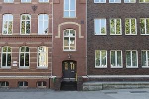 Fassadenausschnitt: Gut zu sehen links im Bild der Bestand und rechts die Erweiterung<br />