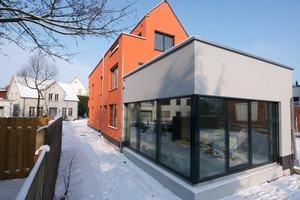 Das in Passivhausbauweise fertiggestellte Architekturbüro mit dem weiß abgesetzten Besprechungskubus im Bildvordergrund<br />