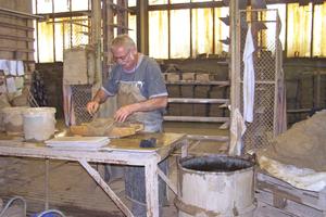 Mit hölzernen Formkästen werden die für eine Fassadensanierung erforderlichen Formsteine und Handstrichziegel in der Manufaktur hergestelltFoto: Bilfinger Berger