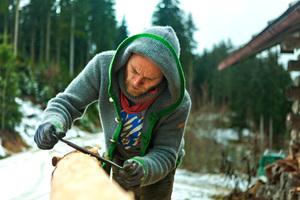 Die Handwerker Stefan und Manuel sanierten die Berghütten teilweise mit dem noch nutzbaren Holz aus den Berghütten