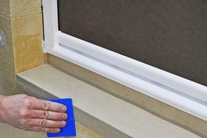 Folienkeilplatte auf Brüstung, Fensterrahmen und vorn an der Fassade verkleben