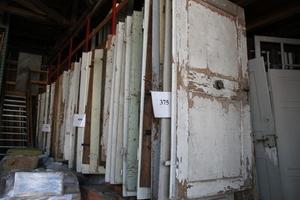 Mehr als 600 historische Türen und unzählbare Mengen an Beschlägen, Armaturen, Schaltern und anderen Kleinteilen liegen bei JaKo auf Lager<br />