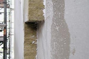 Bei der Fassade des Innenbaukörpers wurde auf die Unterkonstruktion aus Profilen und Mineralwolle eine zementgebundene Bauplatte montiert und mit einem mineralischen WDVS aus spezieller Mineralwolle und Putz abgeschlossen<br />